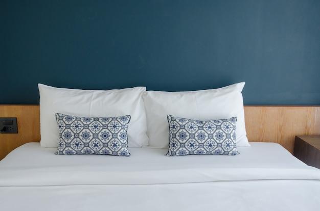 Oreillers sur le lit