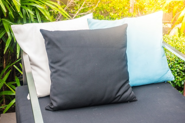 Oreillers noir, blanc et bleu sur un canapé
