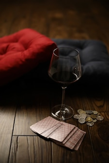Oreillers sur un parquet en bois et un verre dans une tasse en verre