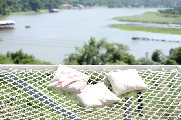 Les oreillers sont placés dans une zone de filet et ont une vue derrière la rivière.