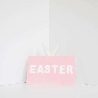 Oreilles de figurine de lapin et mot de pâques