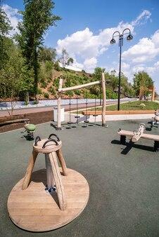 Orenbourg russieembankment de l'oural plot city promenade avec une aire de jeux