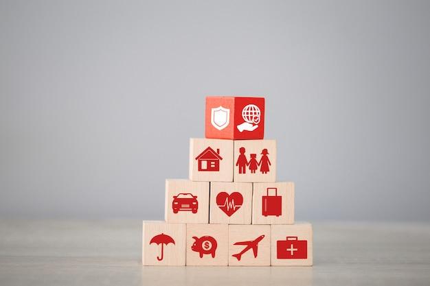 Organisation de l'empilement de blocs de bois avec icône et assurance: voiture,