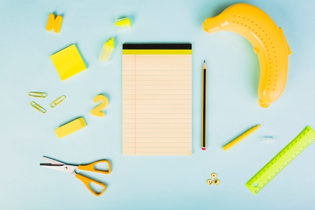 Organisation de fournitures scolaires ou de bureau sur le thème de la banane