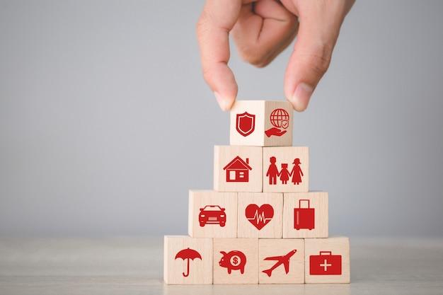 Organiser l'empilage des blocs de bois à la main avec l'assurance des icônes: voiture,