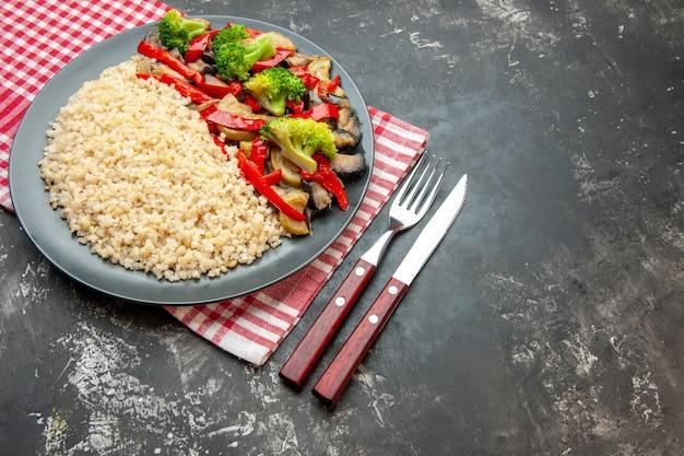 Orge perlé vue de face avec de savoureux légumes cuits