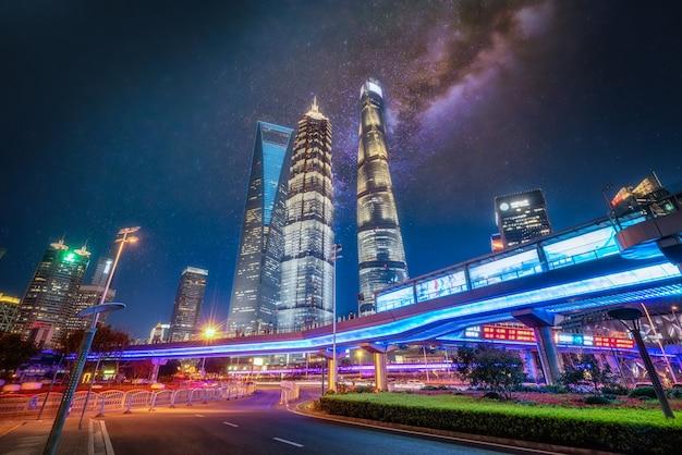 Oriental pearl tv tower et bâtiments commerciaux situés dans le quartier financier de lujiazui la nuit, shanghai, chine