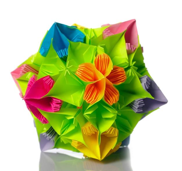 Un origami kusudama de fleurs arc en ciel isolées du blanc