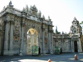 Orné porte principale du palais sultan