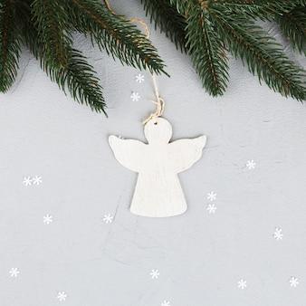 Ornement d'ange avec branche de sapin