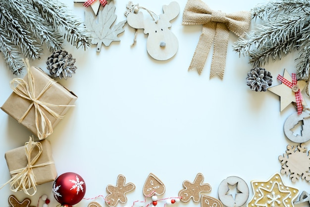 Ornement en bois de noël et carte de décoration naturelle avec espace copie au centre blanc neige horizontal