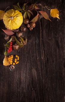Ornement avec citrouille et feuilles d'automne