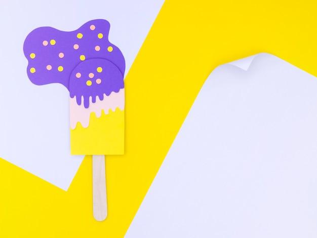 Ornement de crème glacée papier sur table