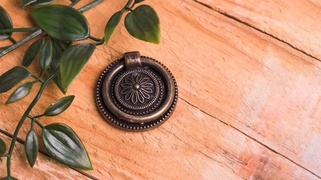 Ornement métallique vue de dessus avec des feuilles