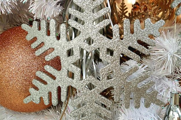 Ornement de noël en forme de flocon de neige à paillettes argentées avec ornement doré