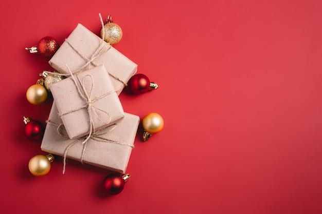 Ornement rouge et doré et décorations de boules avec coffret cadeau zéro déchet