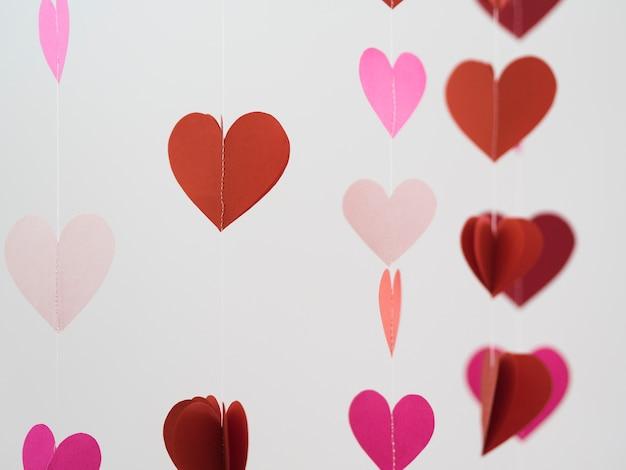 Ornement rouge et rose fait de coeurs