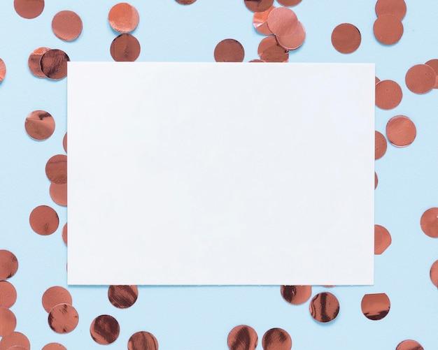 Ornements de fête vue de dessus avec morceau de papier