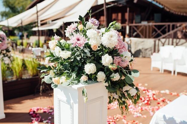 Ornements floraux sur une base