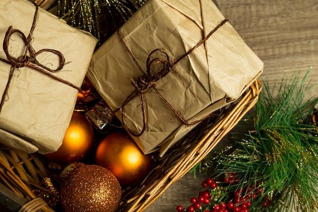 Ornements de noël et coffrets cadeaux sur un panier en osier