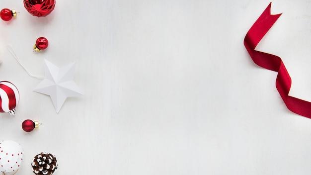 Ornements de noël sur fond blanc