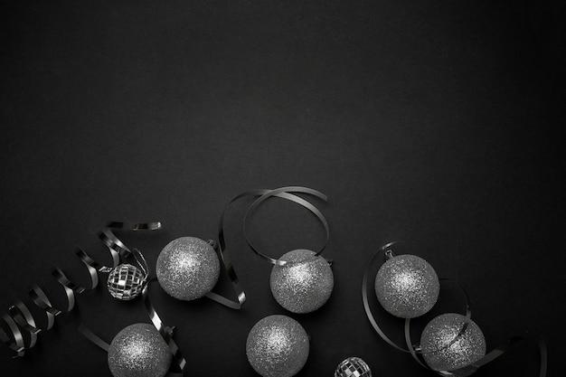 Ornements de noël gris sur table noire