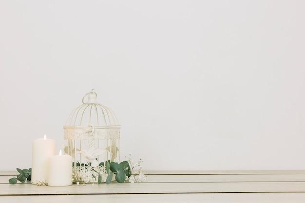 Ornements romantiques avec des bougies et une cage