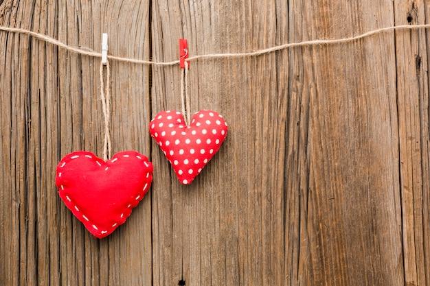 Ornements de saint valentin sur fond de bois