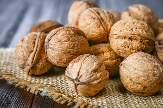 Os de coquille et de noix sur une table en bois marron.
