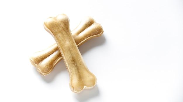 Os de nourriture pour chiens isolé sur blanc