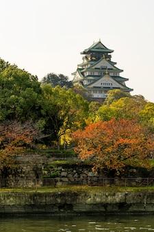 Osaka castle landmark en automne pour les touristes au japon.