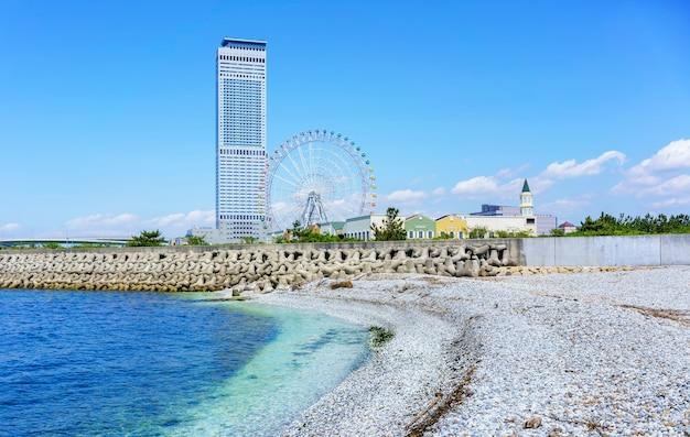 Osaka , japon - 10 mai 2018 : plage de marbre blanc artificielle le long du rivage de la ville de rinku affichage rinku gate tower building et grande roue
