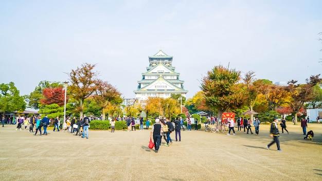 Osaka, japon - 20 novembre: les visiteurs sont entassés au parc du château d'osaka. c'est un parc urbain public et histori