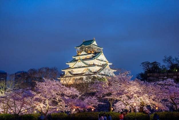 Osaka, japon au château d'osaka pendant la saison printanière des fleurs de cerisier.