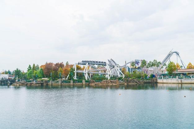 Osaka, japon. montagnes russes dans le parc d'attractions universal studios à osaka, au japon.