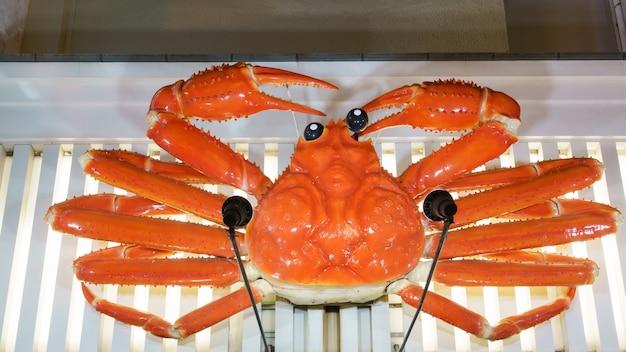 Osaka, japon - septembre 2016 : célèbre signe de crabe kani doraku à dotonbori , osaka, japon