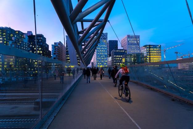 Oslo, norvège - jan 06, 2017 : cyclistes et marcheurs sur le pont piétonnier d'akrobaten