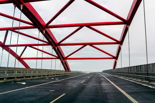 Ossature métallique d'un pont sur une route