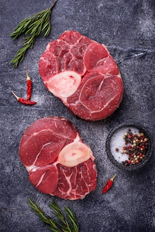 Osso buco de viande crue aux épices