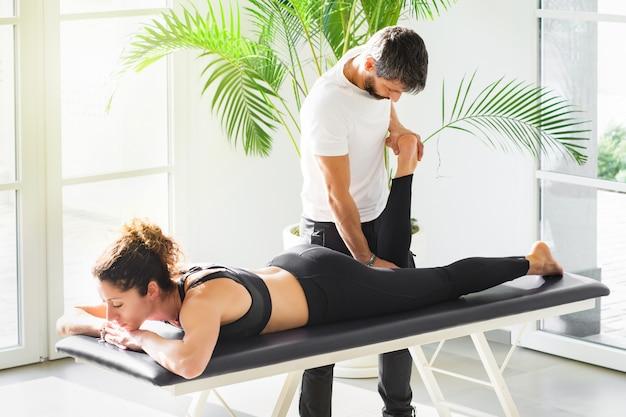 Ostéopathe effectuant un test d'apley ou de broyage