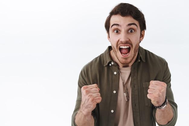 Oui nous avons gagné. un homme heureux et excité gagne, reçoit le premier prix