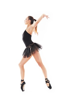 Oung belle danseuse baliet posant sur un studio en fond blanc