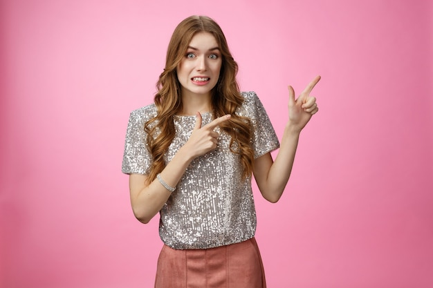 Oups était-ce à vous de vous excuser, une jolie jeune fille peu sûre d'elle portant des vêtements de fête serrant les dents...
