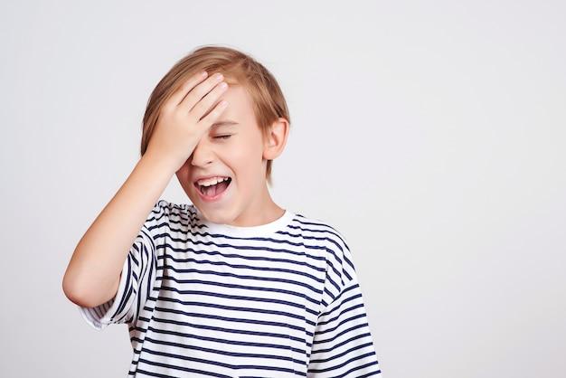 Oups, qu'est-ce que j'ai fait. retour à l'école et nouvelles. oh non. garçon pensant aux erreurs. garçon giflant le front avec la paume et fermant les yeux.