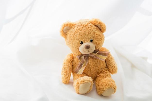 Ours brun en peluche avec noeud