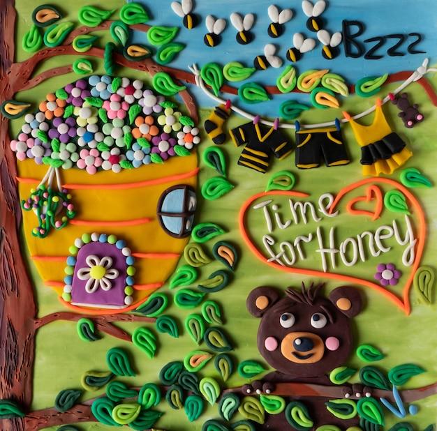 Ours mignon rêvant de miel bumblebee nourriture savoureuse nid d'abeilles fait à la main en pâte à modeler