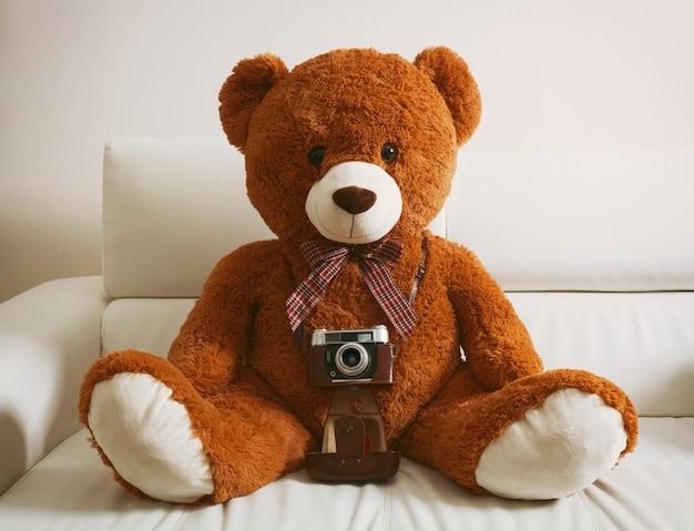Ours en peluche avec appareil photo vintage 35mm