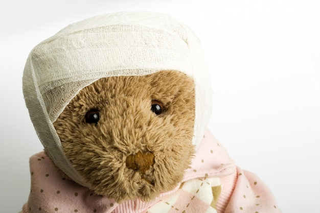 Ours en peluche avec bandage sur la tête