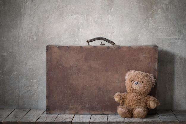 Ours en peluche brouwn et vieille valise