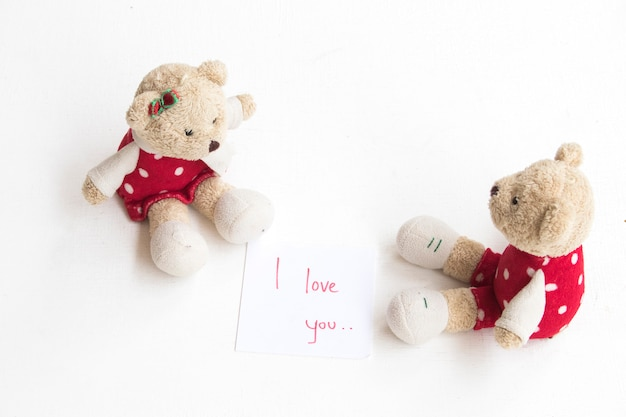 Ours en peluche à côté du message je t'aime